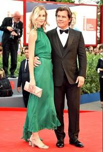 جاش بورلین و همسرش مقابل عکاسان