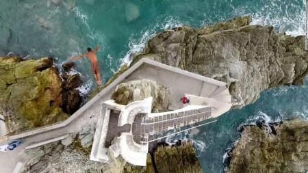 هر روز تعدادی در برج پلازا سانچز توبودا در مکزیک جمع میشوند و با ریسک بر روی زندگیشان از روی برج به دریا میپرند تا هیجان زندگی را بیشتر کنند.