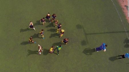 جمعی از بچه مدرسهایها در یونان برای فوتبال دور یکدیگر جمع شدهاند.