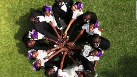 گروهی از عروس و دامادهای کنیایی که در یک روز مراسم ازدواج برگزار کردهاند
