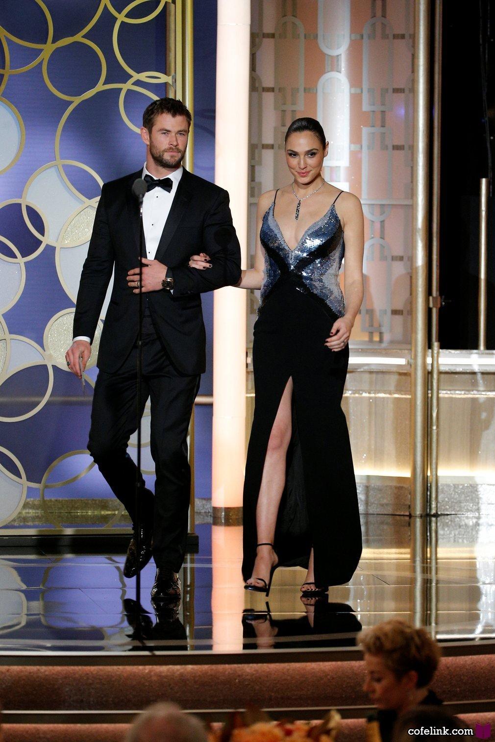 Chris Hemsworth و Gal Gadot برای اهدای جایزه ها بروس صحنه می آیند