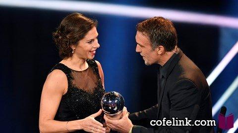 باتیستوتا جایزه خانم لوید را به او اهدا میکند