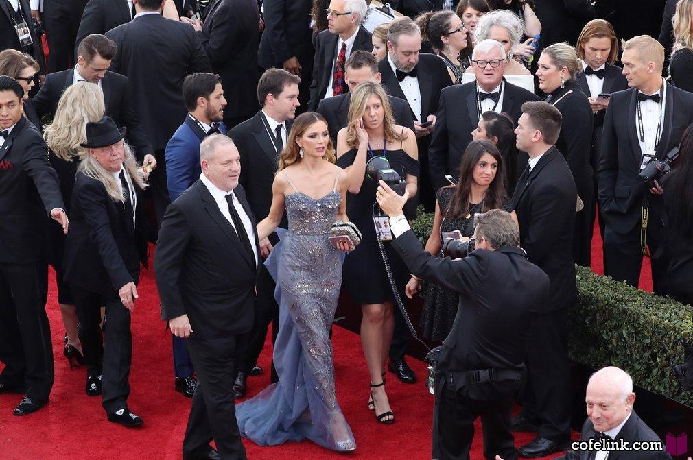 هاروی وینستین تهیه کننده و طراح لباس جورجیا چپمن برای شرکت در شب جوایز آماده میشوند