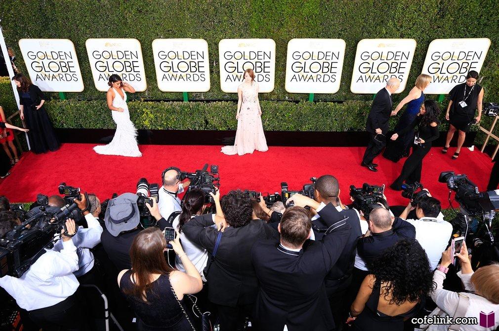اما استون و جینا رودریگز در برابر دوربین ها. اما استون برنده جایزه بهترین بازیگر زن کمدی موزیکال هم شد